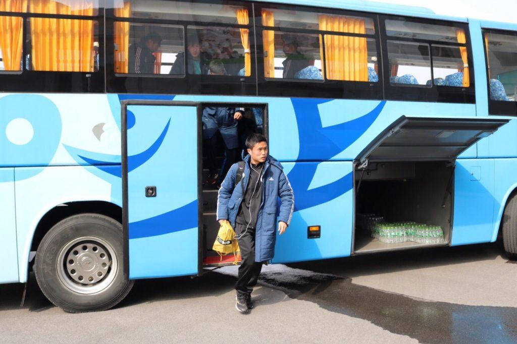 バスから降りる日本人サッカー選手