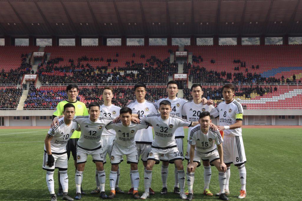 北朝鮮のチームと対戦するモンゴルのサッカーチーム